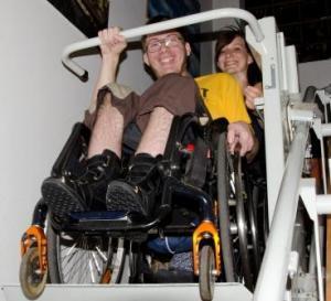 Leo und Hanna starten den Treppenlift und sind voller Vorfreude auf das Buch